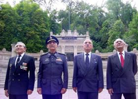 Sobrevivientes de la FAEM Frente al monumento en su honor