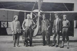 En 1912 inician estudios de P A 5 oficiales en EUA